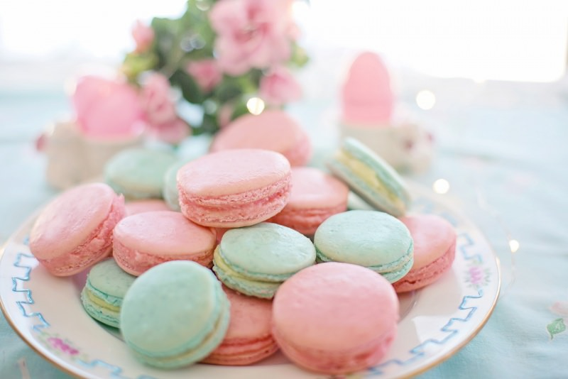 Dolci di Pasqua   I macarons fatti in casa, belli e buoni anche da regalare colori pastello rosa verde acqua tavola apparecchiata