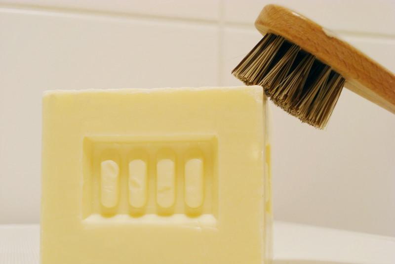 Come togliere le macchie di trucco dai tessuti? sapone marsiglia spazzola