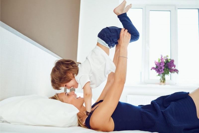 mamma gioca con suo figlio festa