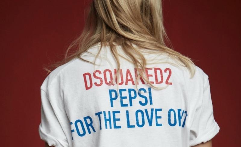 donna di spalle maglietta Dsquared pepsi