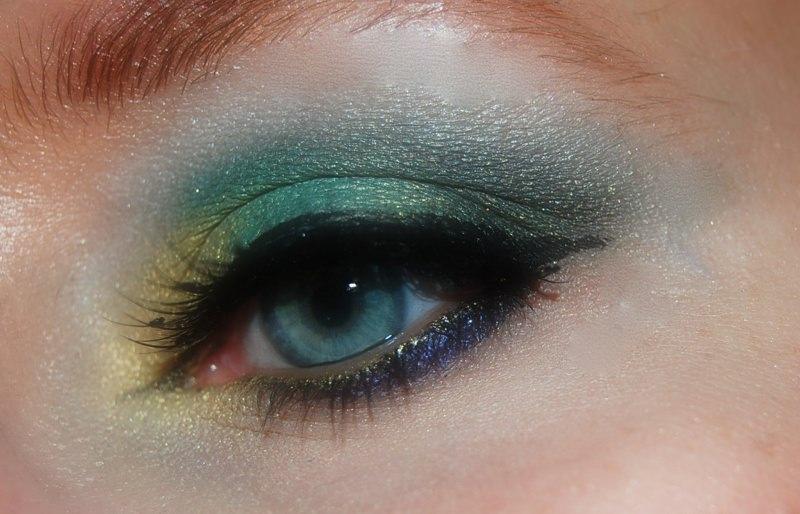 Makeup Natale e Capodanno: come truccarsi per le Feste smokey eye argento oro glitter occhio azzurro