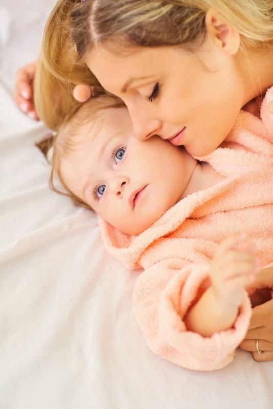 donna capelli biondi mamma bebè accappatoio bambina