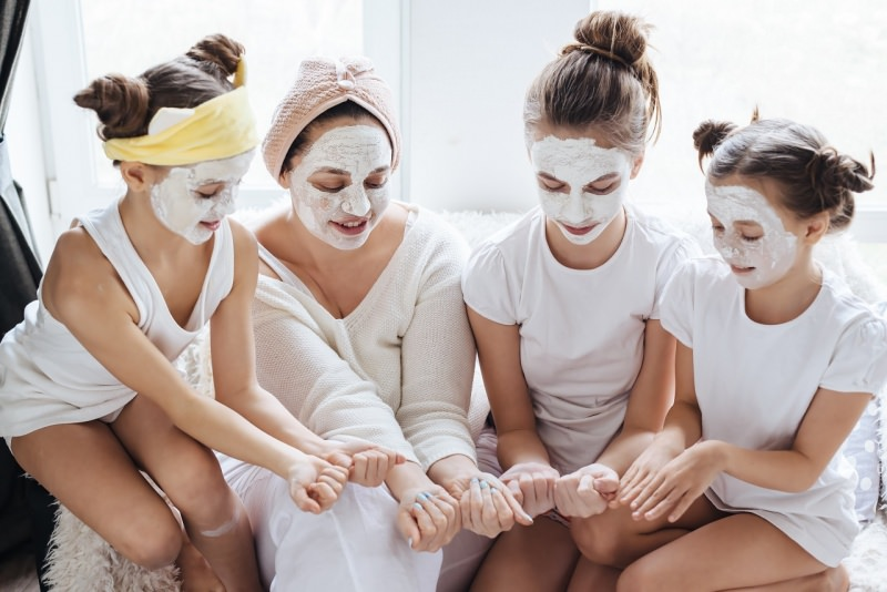 mamma e figlie fanno maschera di bellezza viso