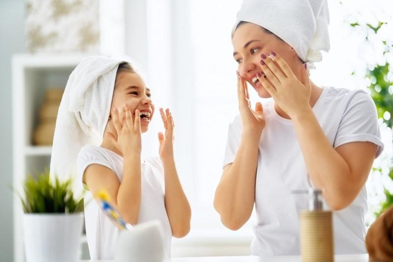 mamma e figlia pulizia viso telo spugna testa donne