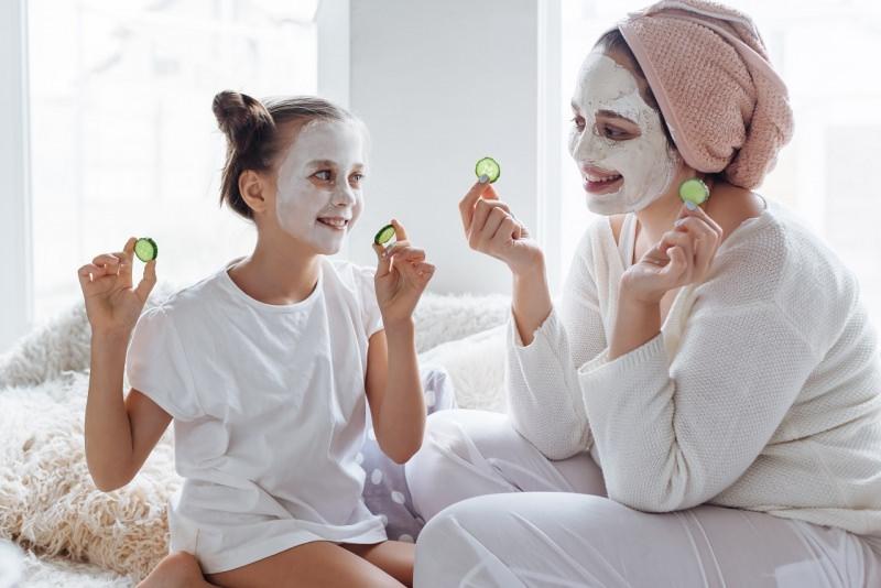 mamma e figlia cura maschera di bellezza fettine cetriolo
