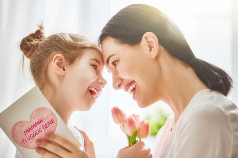 mamma e figlia bambina abbraccio sorrisi festa della mamma biglietto auguri