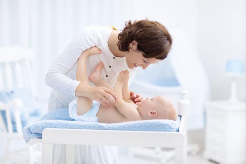 mamma bambino bebè cambiare pannolino sorrisi
