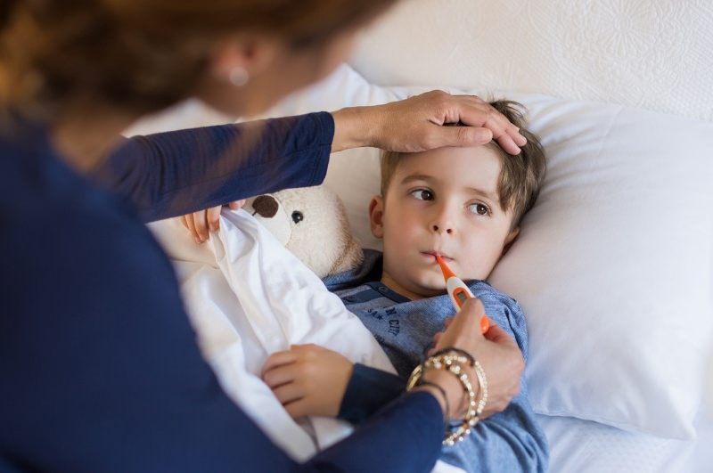 malattie invernali raffreddore febbre bambino a letto mamma