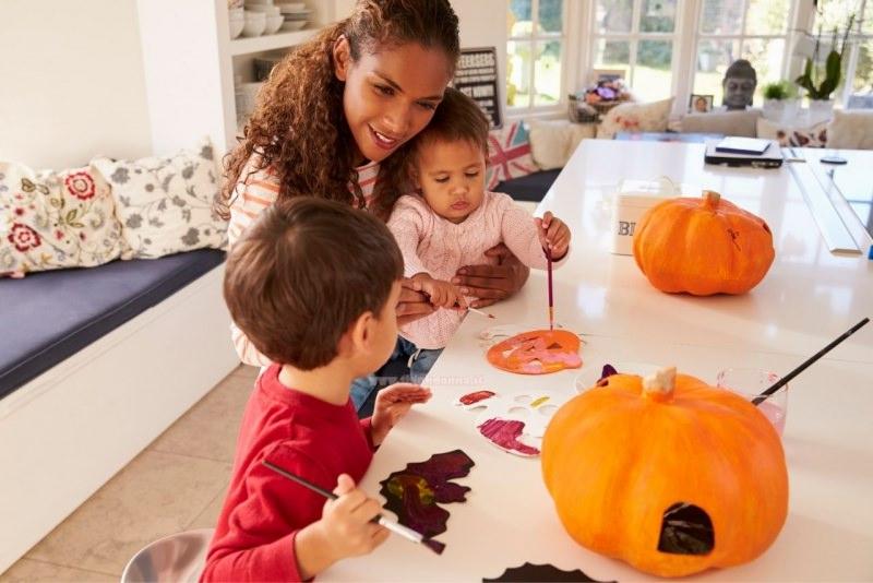 mamma dipinge zucca con i bambini pittura pennello tavolo