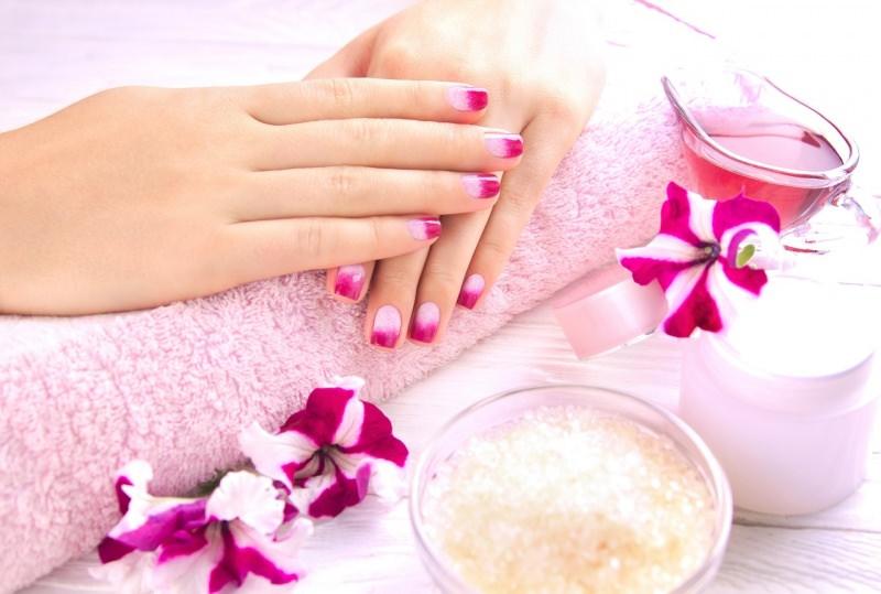mani donna ben curate bella manicure smalto rosa scrub crema fiori fucsia telo spugna rosa