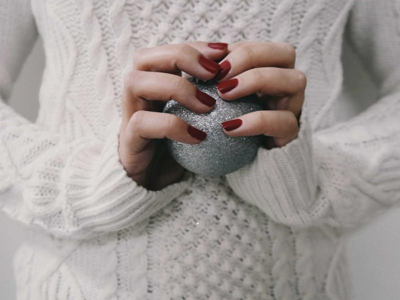 manicure smalto rosso bordeay maglione irlandese palla natale glitter