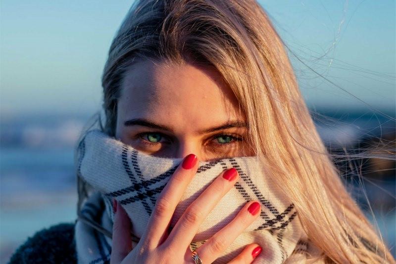 manicure smalto rosso donna occhi azzurri