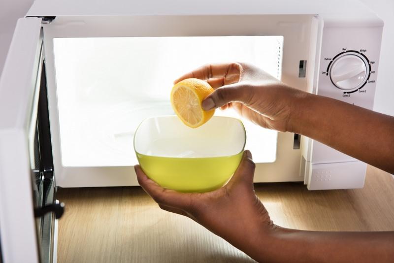 pulizia forno a microonde ciotola acqua mezzo limone spremuto succo