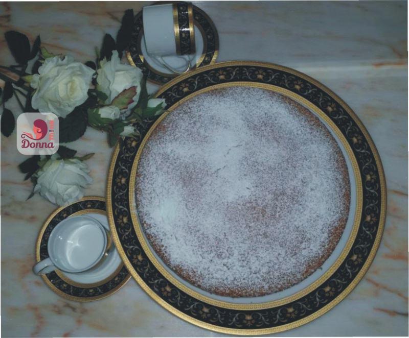 torta margherita ricetta ingredienti dolce rose bianche zucchero a velo piatto portata bordo oro decoro blu piano marmo rosa