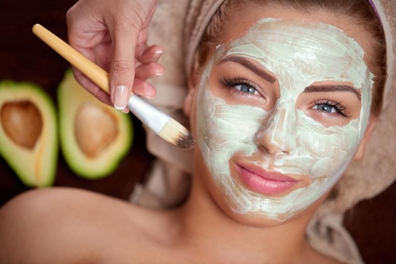 maschera idratante avocado banana 3 maschere da usare in estate dopo il sole viso donna capelli biondi occhi azzurri maschra di bellezza pennello turbante spugna mano