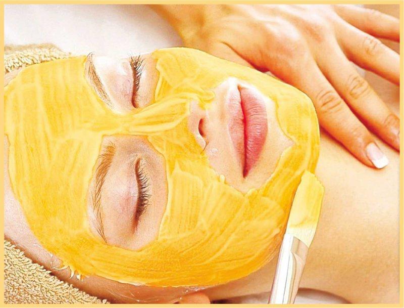 3 Ricette di bellezza fai da te con la zucca arancione maschera viso donna occhi chiusi telo spugna pennello