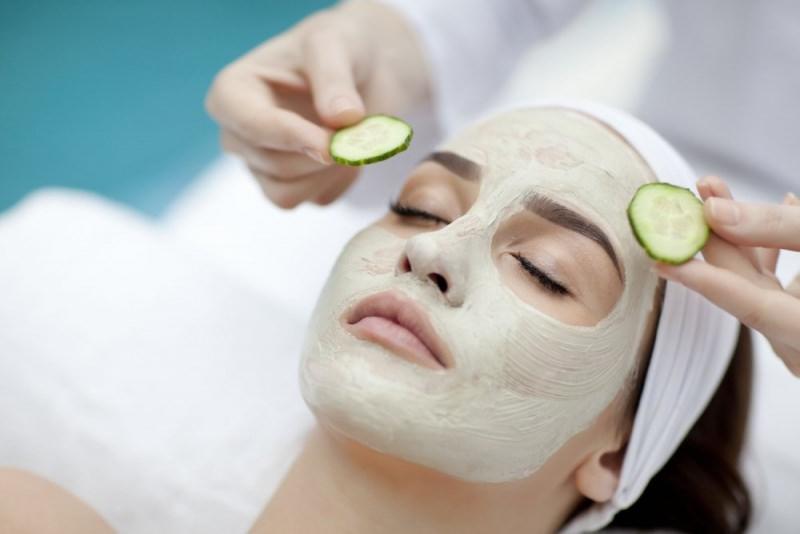 3 maschere da usare in estate dopo il sole Maschera di bellezza al cetriolo viso donna occhi chiusi fette cetriolo relax