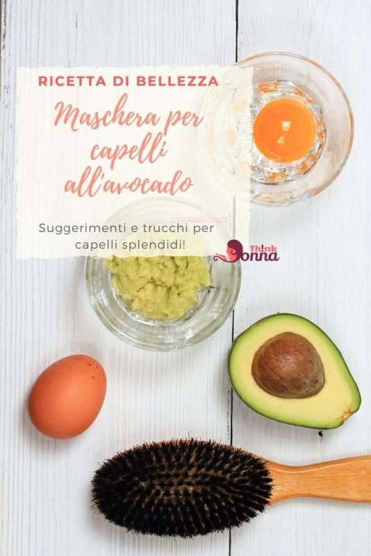 maschera bellezza capelli avocado ciotola tuorlo uovo spazzola su legno chiaro