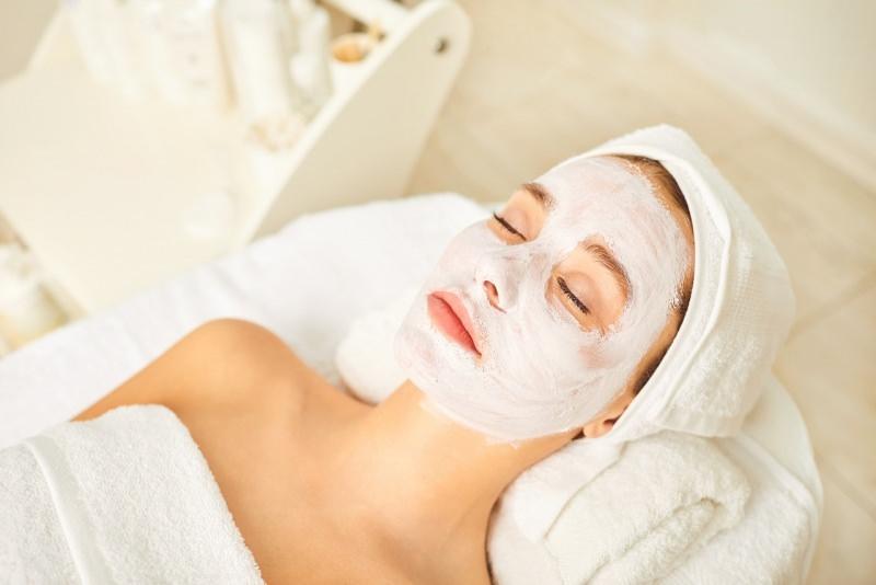 viso donna bella con maschera di bellezza relax