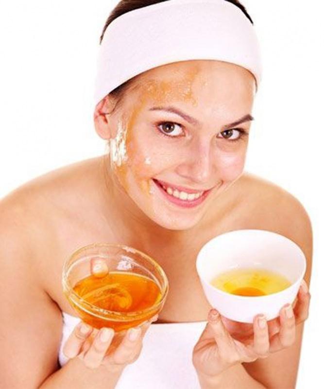 Maschera ultra idratante al Miele e Olio d'oliva 3 maschere da usare in estate dopo il sole viso donna capelli occhi castani fascia bianca sorriso denti bianchi ciotola vetro miele ciotola ceramica bianca olio oliva