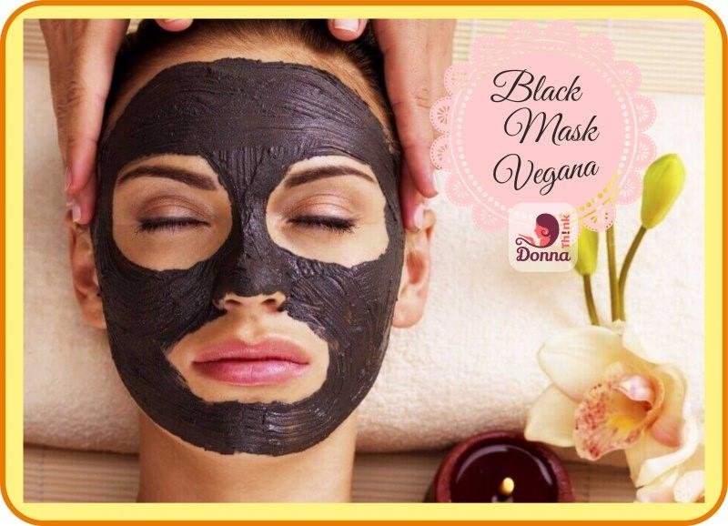 Come fare la Black Mask versione vegana viso donna occhi chiusi maschera nera relax massaggio stuoia bamboo telo spugna bianco fiore orchidea bianca rosa candela tea light fiamma accesa