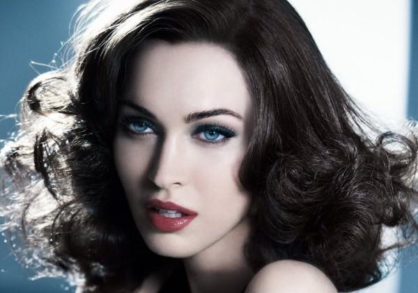 Come truccarsi la prossima primavera - estate 2018 Megan Fox smokey eye labbra sensuali rosso bordeaux occhi azzurri capelli castani