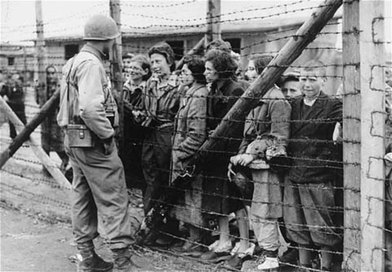 Giorno della Memoria 27 gennaio | Olocausto delle Donne di Ravensbrück campo di concentramento Ravensbrück sterminio olocausto contro le donne soldato nazista 27 gennaio shoah popolo ebraico ebrei
