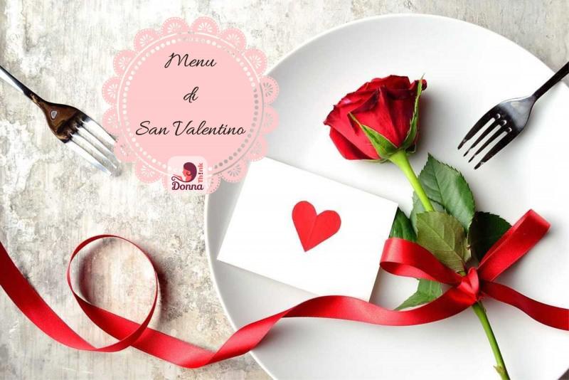 Il menu di San Valentino per preparare una cena romantica tavola piatto ceramica bianca rosa rossa biglietto auguri cuore rosso forchetta nastro raso rosso