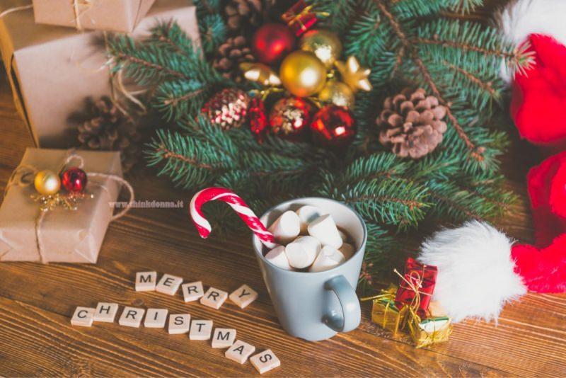 Merry Christmas regali sotto albero di Natale tazza cioccolato calda