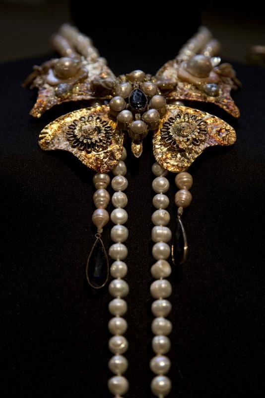 Marina Corazziari a Altaroma Gioielli Scultura handmade collana perle
