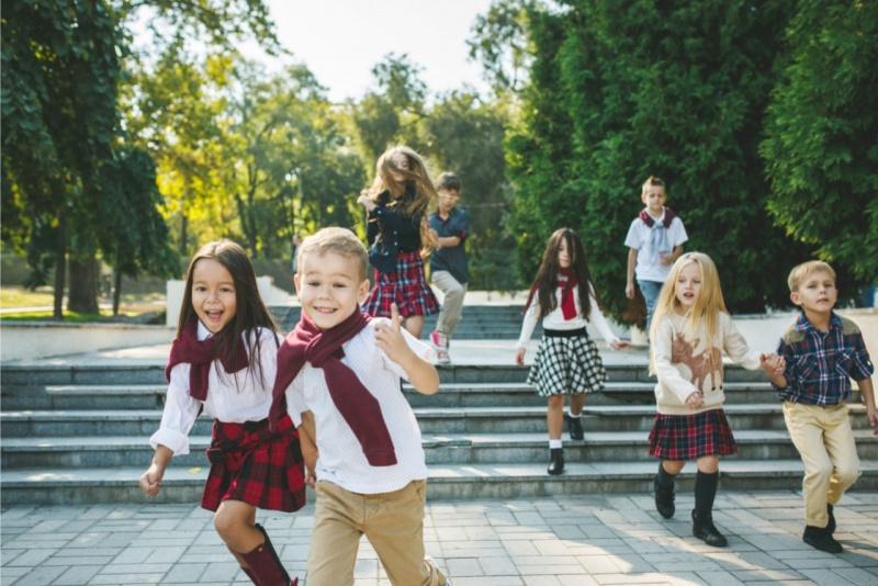 bambini e bambine corrono allegri parco all aperto