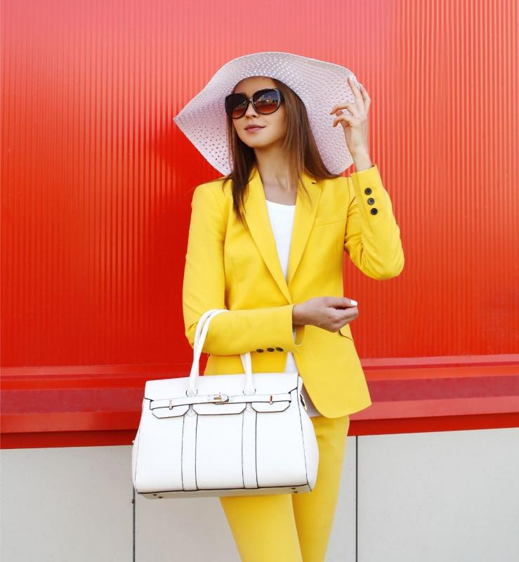 sfondo rosso bella donna occhiali da sole cappello di paglia