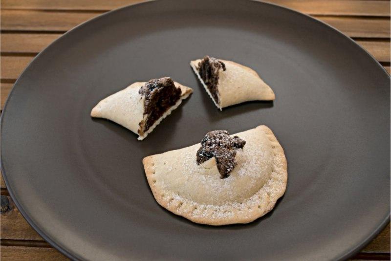 piatto mpanatigghi di Modica cioccolato dolci biscotti ripiendi di carne di manzo