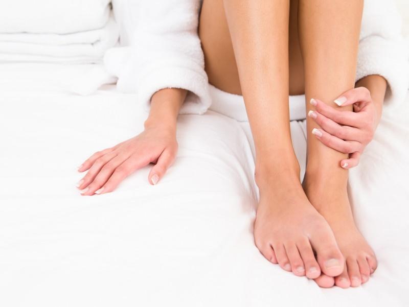 Come liberarsi dei funghi della pelle corpo donna accappatoio spugna bianca gambe piedi mani infezioni cutanea cute