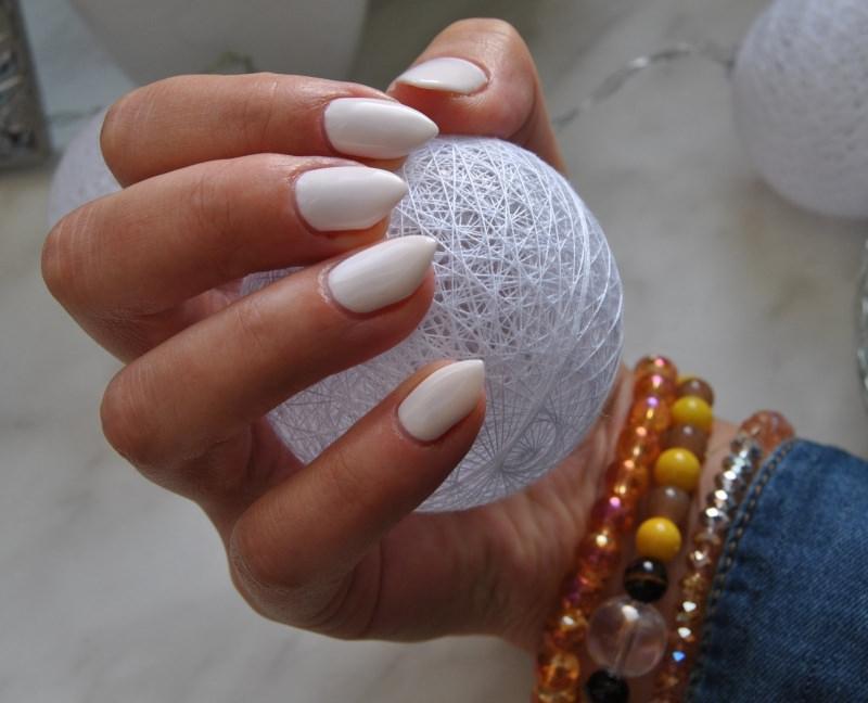 Makeup Natale e Capodanno: come truccarsi per le Feste smalto unghie bianco pallina bracciale