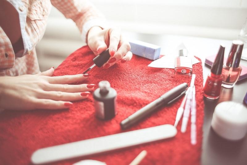 Makeup Natale e Capodanno: come truccarsi per le Feste manicure smalto unghie rosso