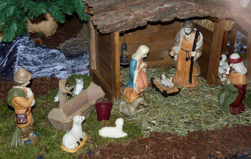 Perché fare il Presepe di Natale: significato, storia e tradizioni sotto Albero muschio capanna Sacra Famiglia Gesù Bambino mangiatoia paglia pastori pecore