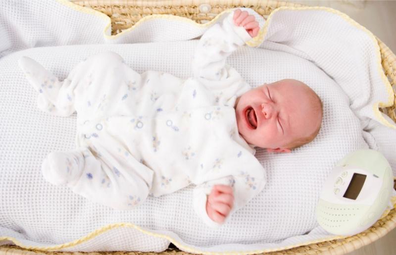 culla di vimini lenzuolo copertina bebè neonato piange pianto
