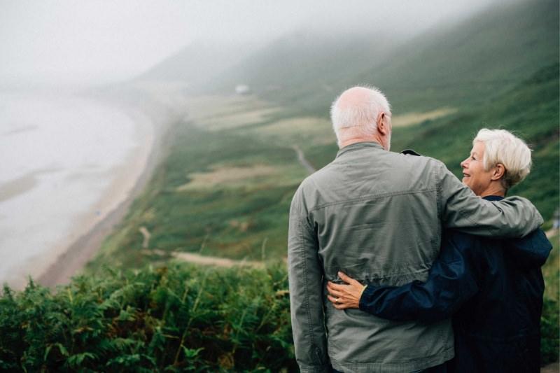 coppia uomo donna anziani panorama montagna