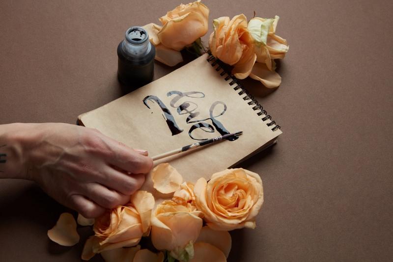block note love inchiostro penna calamaio rose gialle