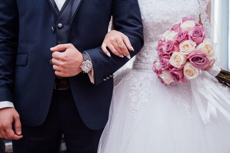 """7° Edizione di """"Fiera degli Sposi in Franciacorta-Lago d'Iseo"""" nozze abito da sposo sposa pizzo bouquet rose rosa mano unghie smalto bianco anello"""
