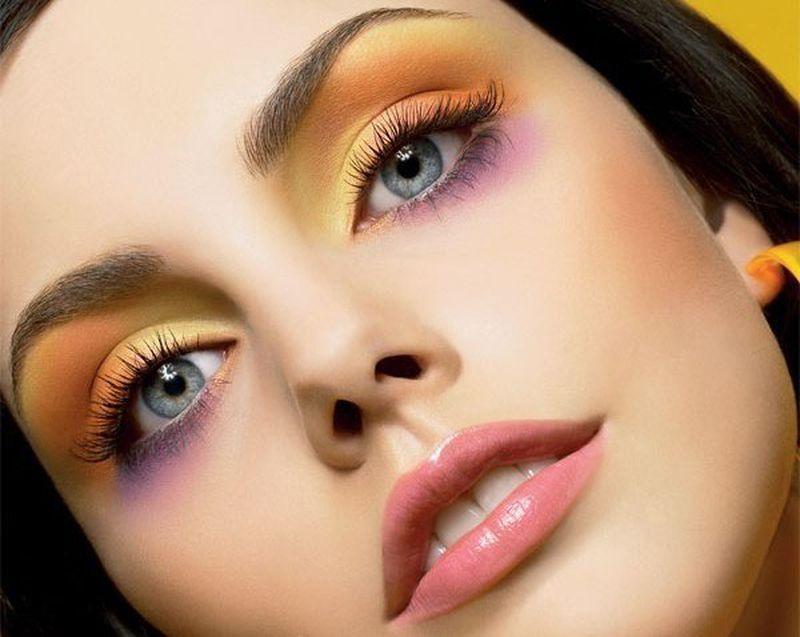 Come truccarsi la prossima primavera - estate 2018 ombretto giallo arancione rosa gloss lip labbra rosate denti bianchi viso donna bella occhi azzurri
