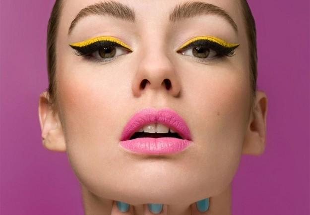 Come truccarsi la prossima primavera - estate 2018 make-up eyeliner nero ombretto giallo rossetto rosa viso donna bella