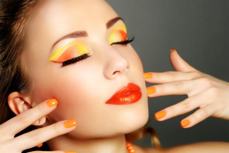 Come truccarsi la prossima primavera - estate 2018 make-up rossetto ombretto eye shadow smalto unghie arancione giallo sfumatire mascara nero