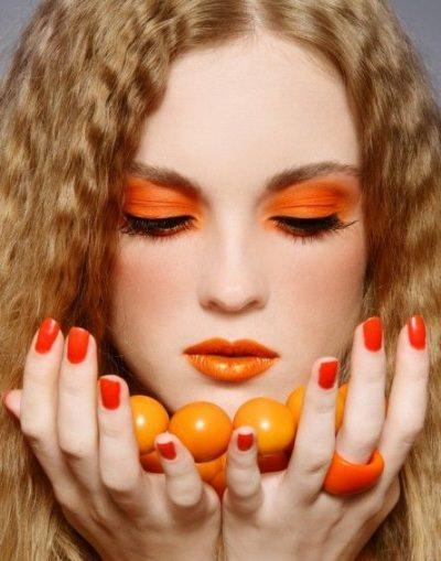 Come truccarsi la prossima primavera - estate 2018 make-up arancio rosetto ombretto smalto capelli biondi sfere mani viso donna bella