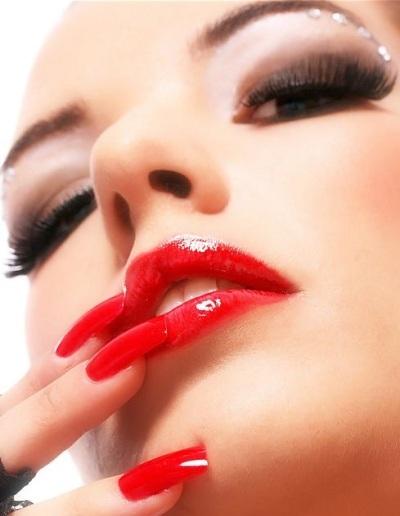 Come truccarsi la prossima primavera - estate 2018 make-up rossetto rosso laccato unghie