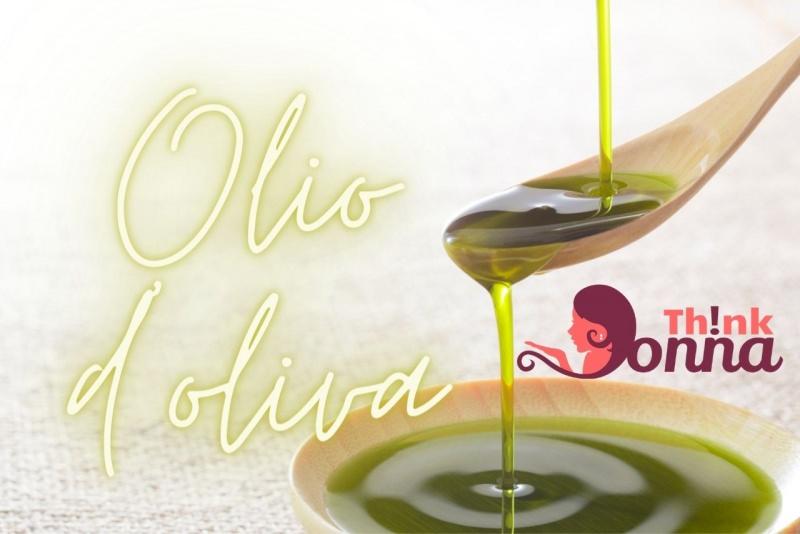 olio di oliva cucchiaio e piattino legno