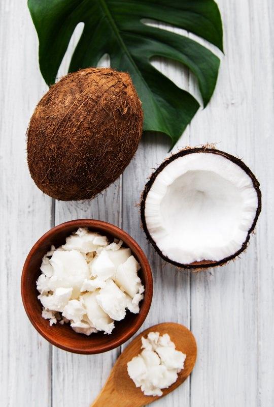 olio e noci di cocco ciotola foglia verde