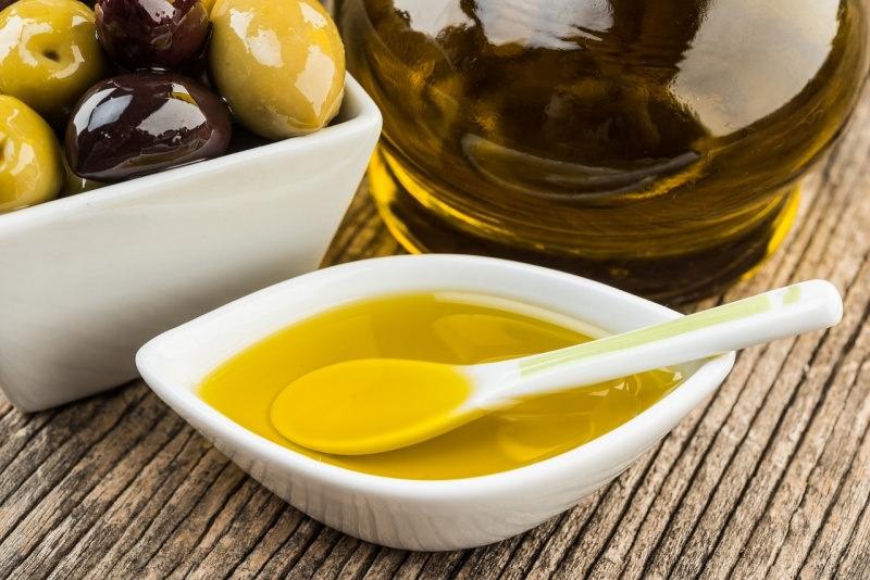 ciotola e cucchiainodi ceramica con olio oliva