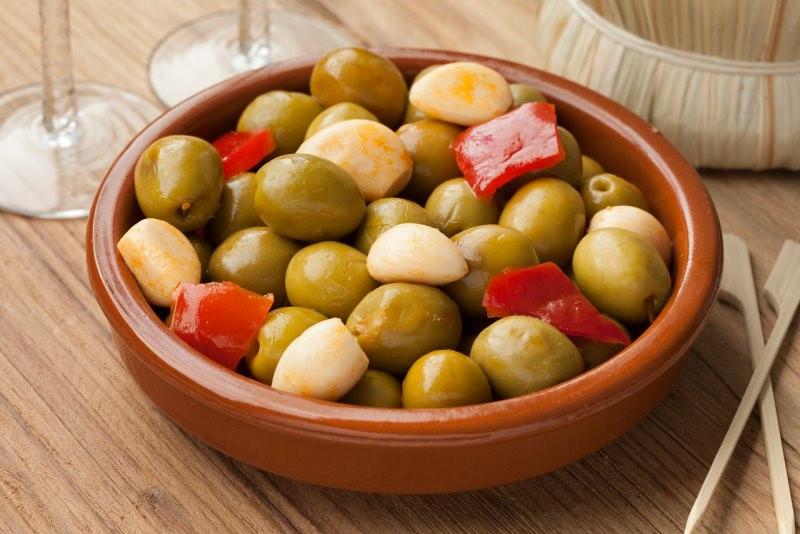 ciotola olive schiacciate condite peperone rosso aglio alivi cunzati
